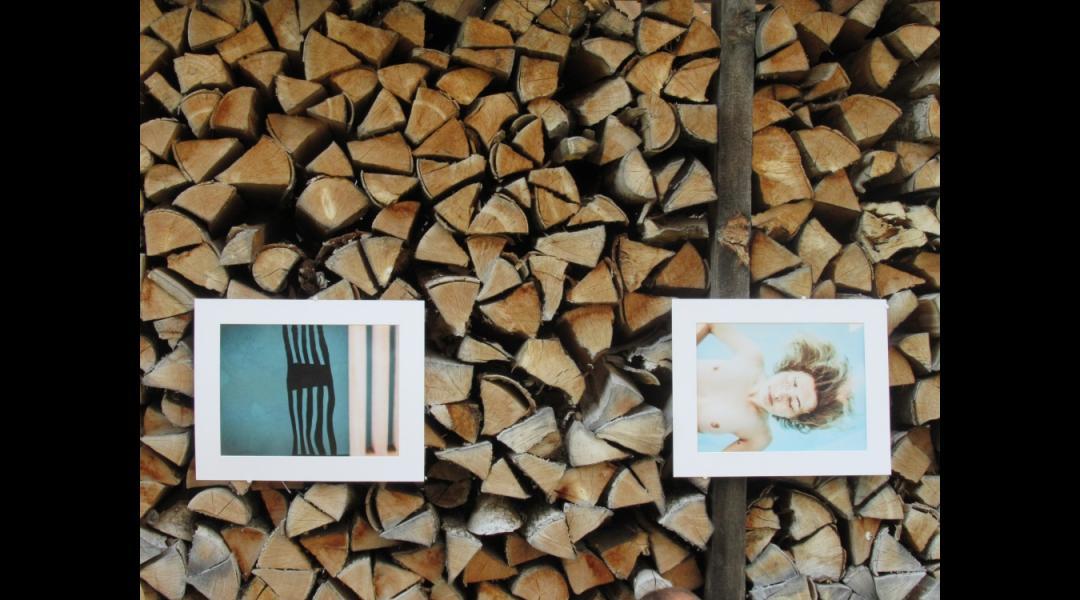 Fotos auf Holzstapeln