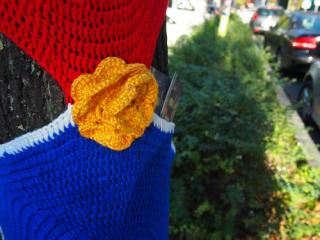 Urban-Knitting: Rosen am Baum